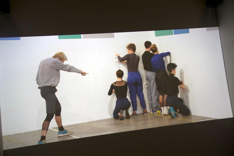 """Projet de Julien Prévieux """"What shall we do next ?"""". Construit à la fois comme une chorégraphie et un film, """"What shall we do next ?"""" fait appel à des acteurs et des danseurs professionnels et met en scène """"les formes comportementales réglées de notre quotidien"""", en croisant danse, arts plastiques, technologie et expérimentation © Annie Viannet/MAXPPP"""
